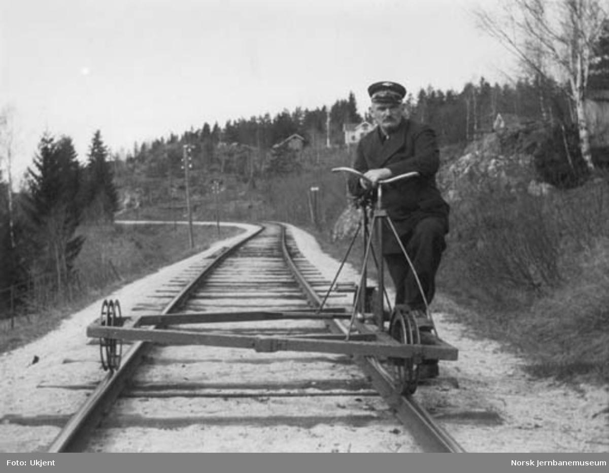 Baneformann Johan Larsen, Snarum, på befaring med sykkeldresin