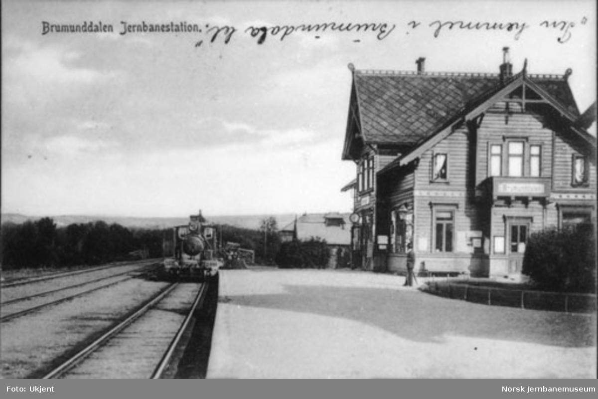 Brumunddal stasjon med ankommende tog