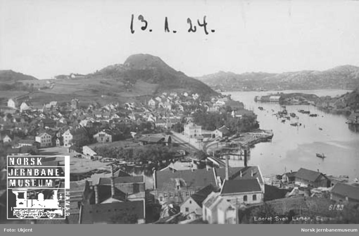 Oversiktsbilde over Egersund med stasjonen