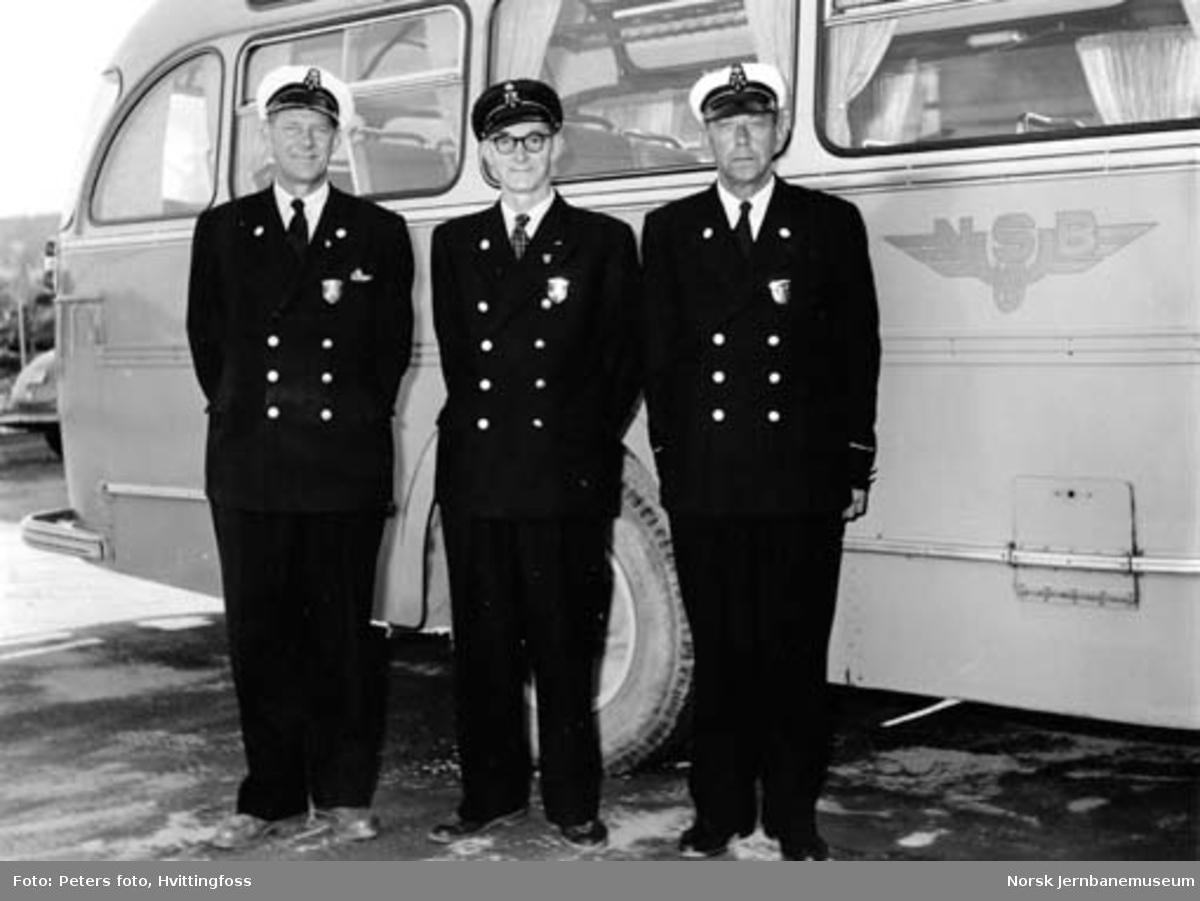 Tre av sjåførene til NSB Lågendalsruten ved tildeling av hederstegn i 1950