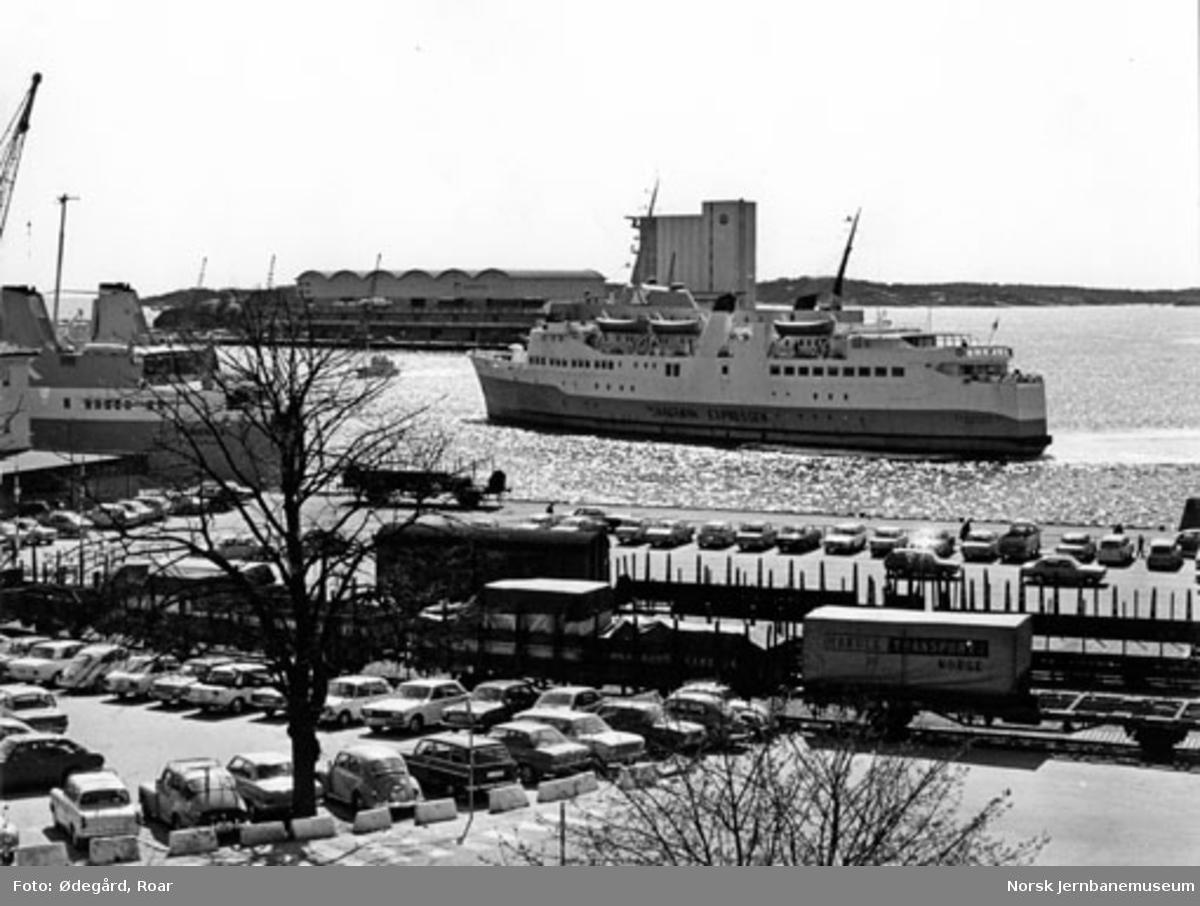 """Kristiansand havn med jernbanespor i forgrunnen og fergen """"Christian IV"""" i bakgrunnen"""