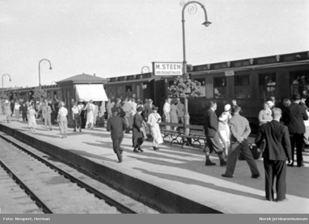 Reisende på plattformen på Hamar stasjon