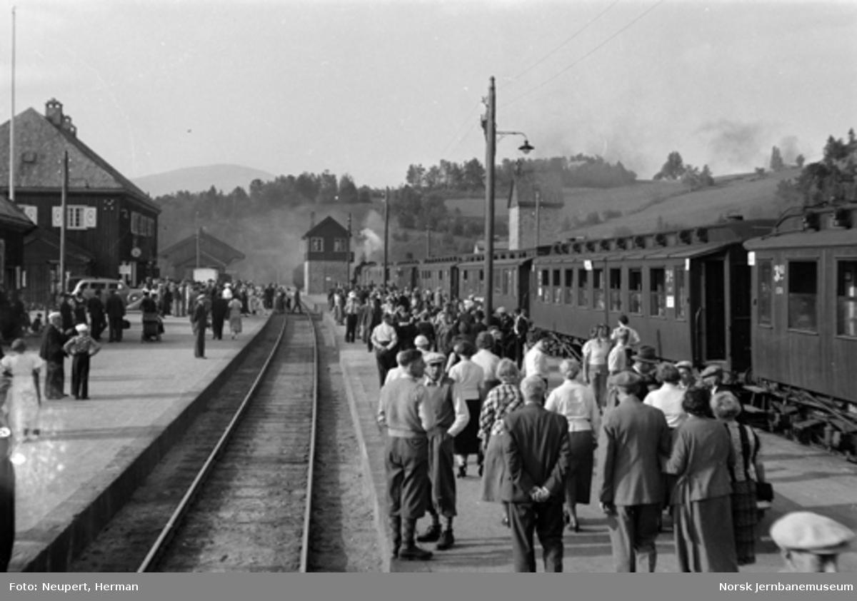 Persontog og reisende på Dombås stasjon