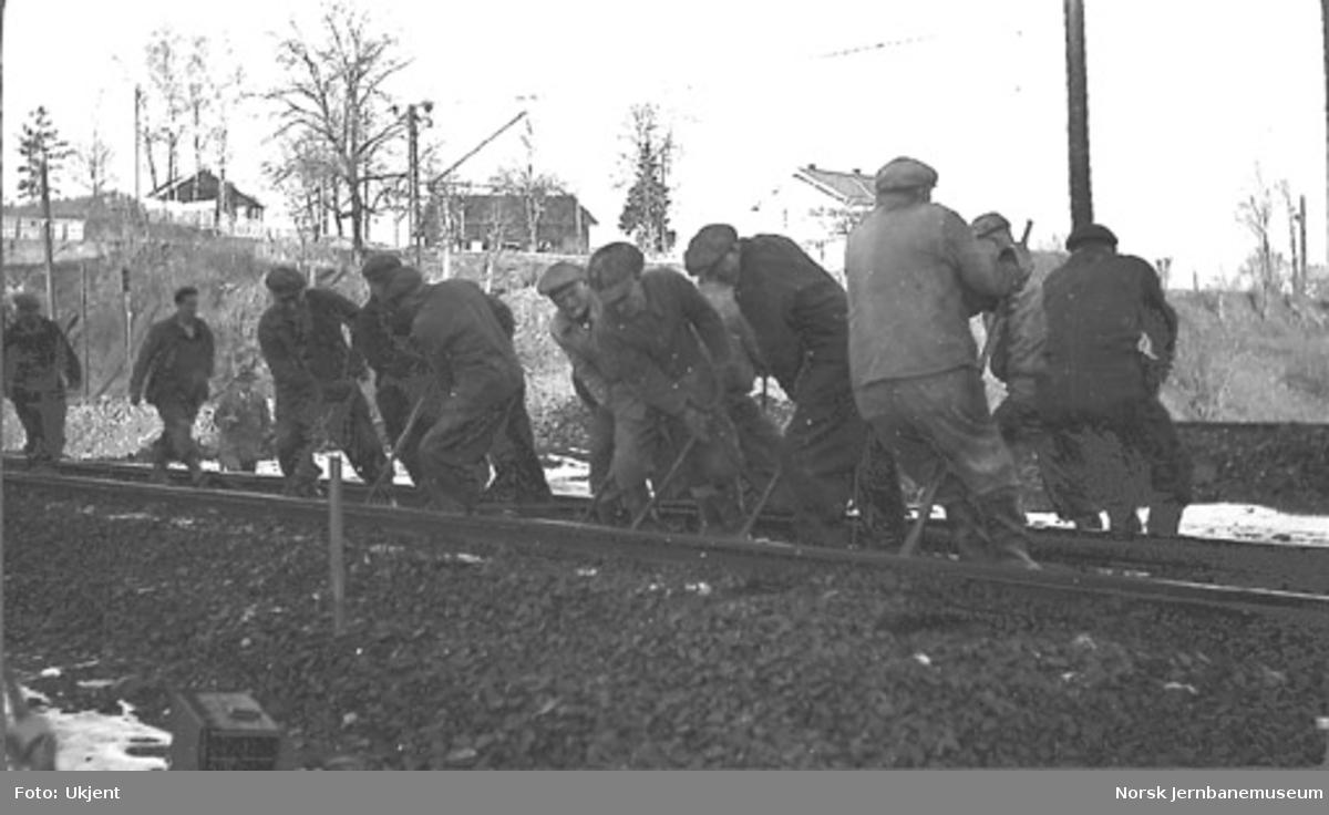 Et arbeidslag i gang med baksing av spor på dobbeltsporanlegget Sandvika-Asker ved Hvalstad-dalen, sett fra Vakåssiden