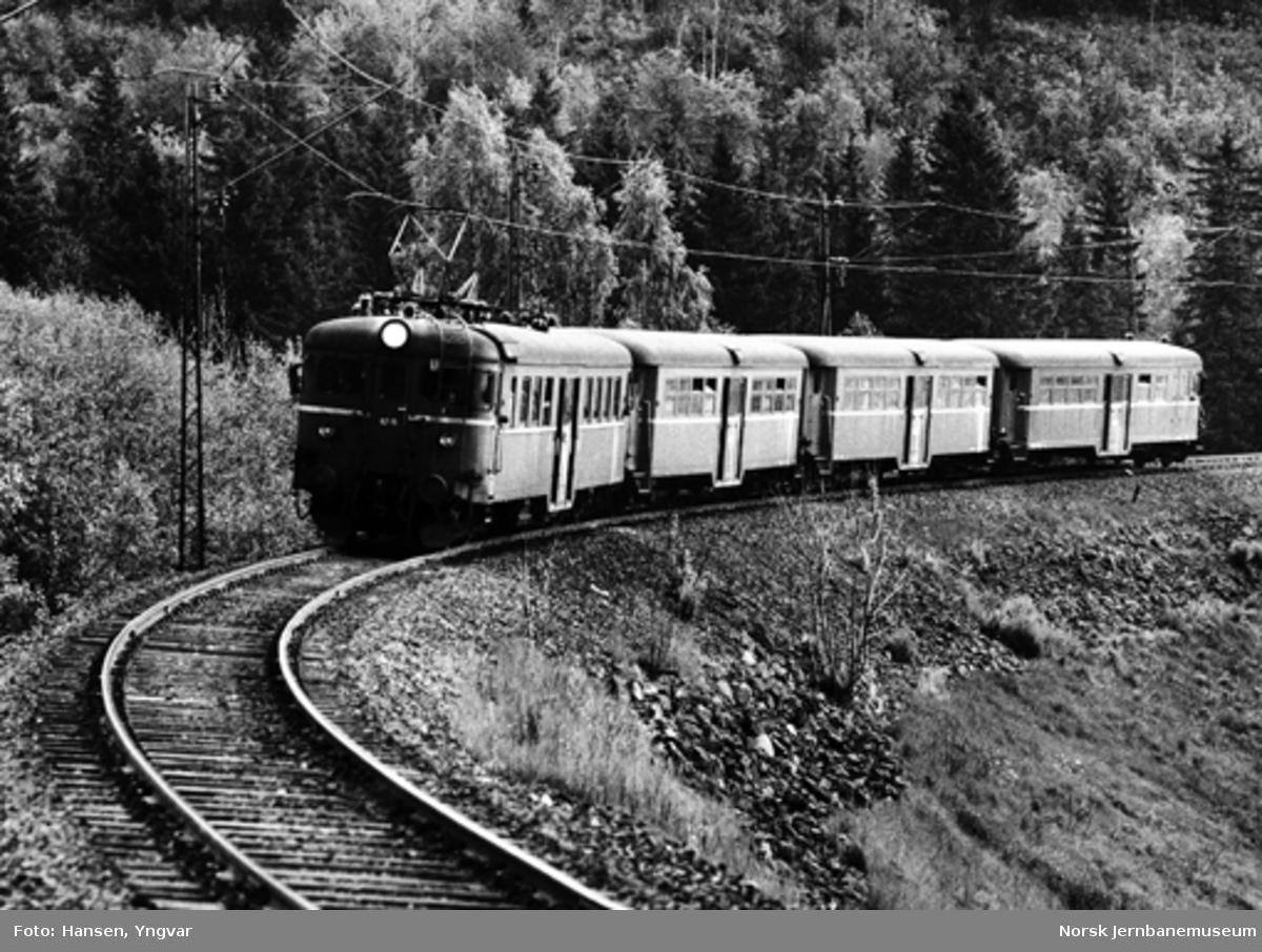 Motorvogntog type 65/67, på vei fra Oslo V til Hønefoss, i Lieråsen