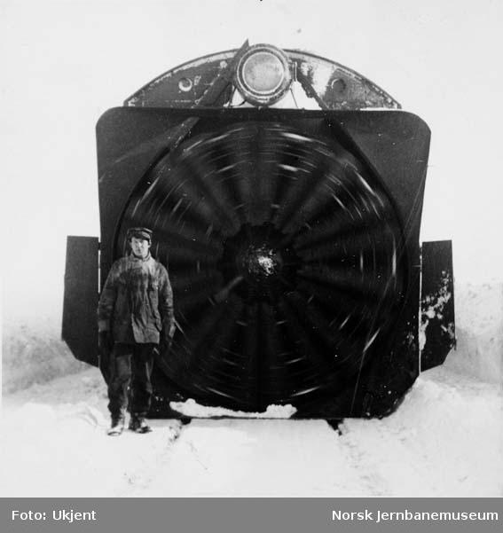 Plogfører Olaf Vetteren froan skovlhjulet på en roterende snøplog