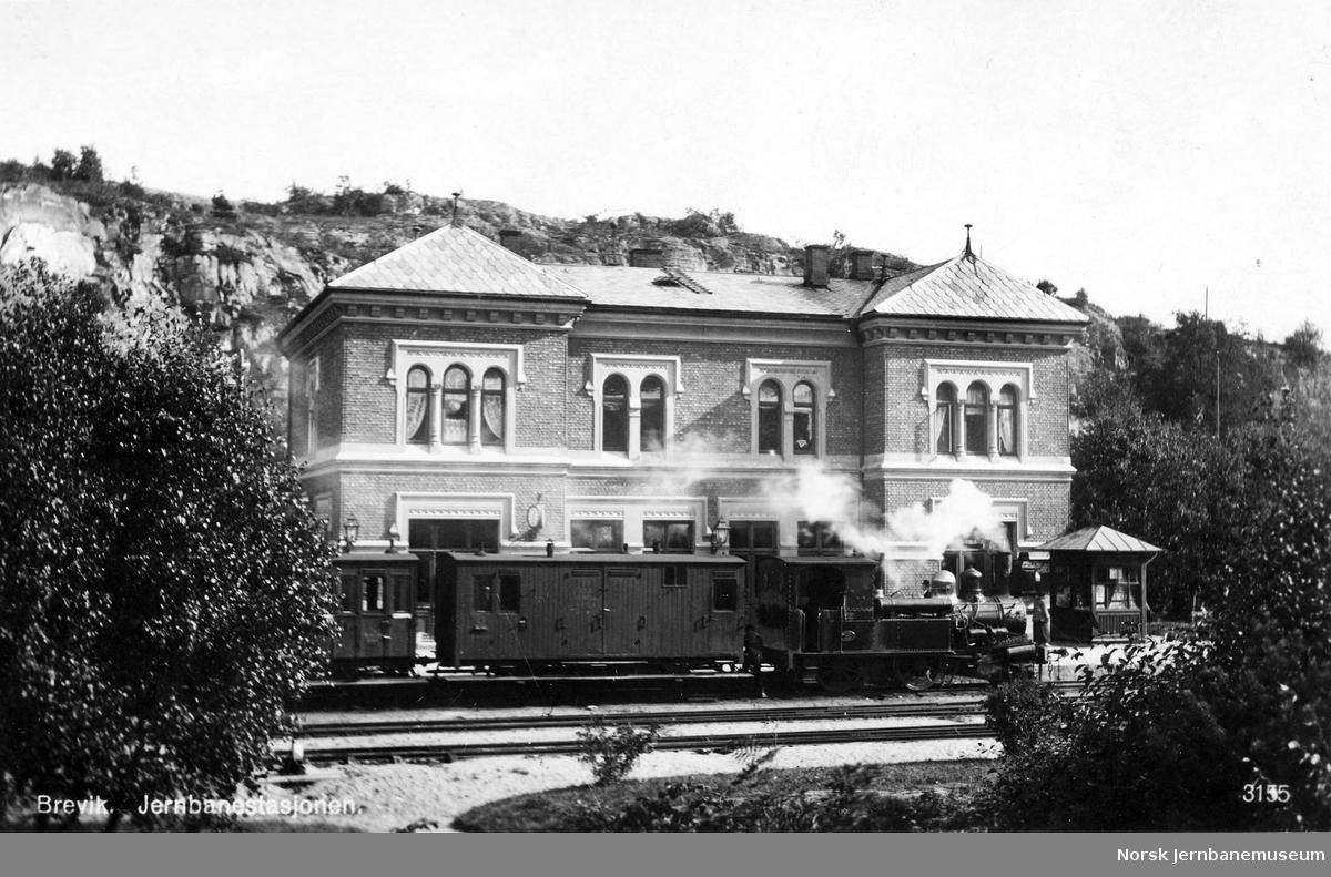 """Brevik stasjon med tog trukket av damplokomotiv type V nr. 58 """"Od"""""""