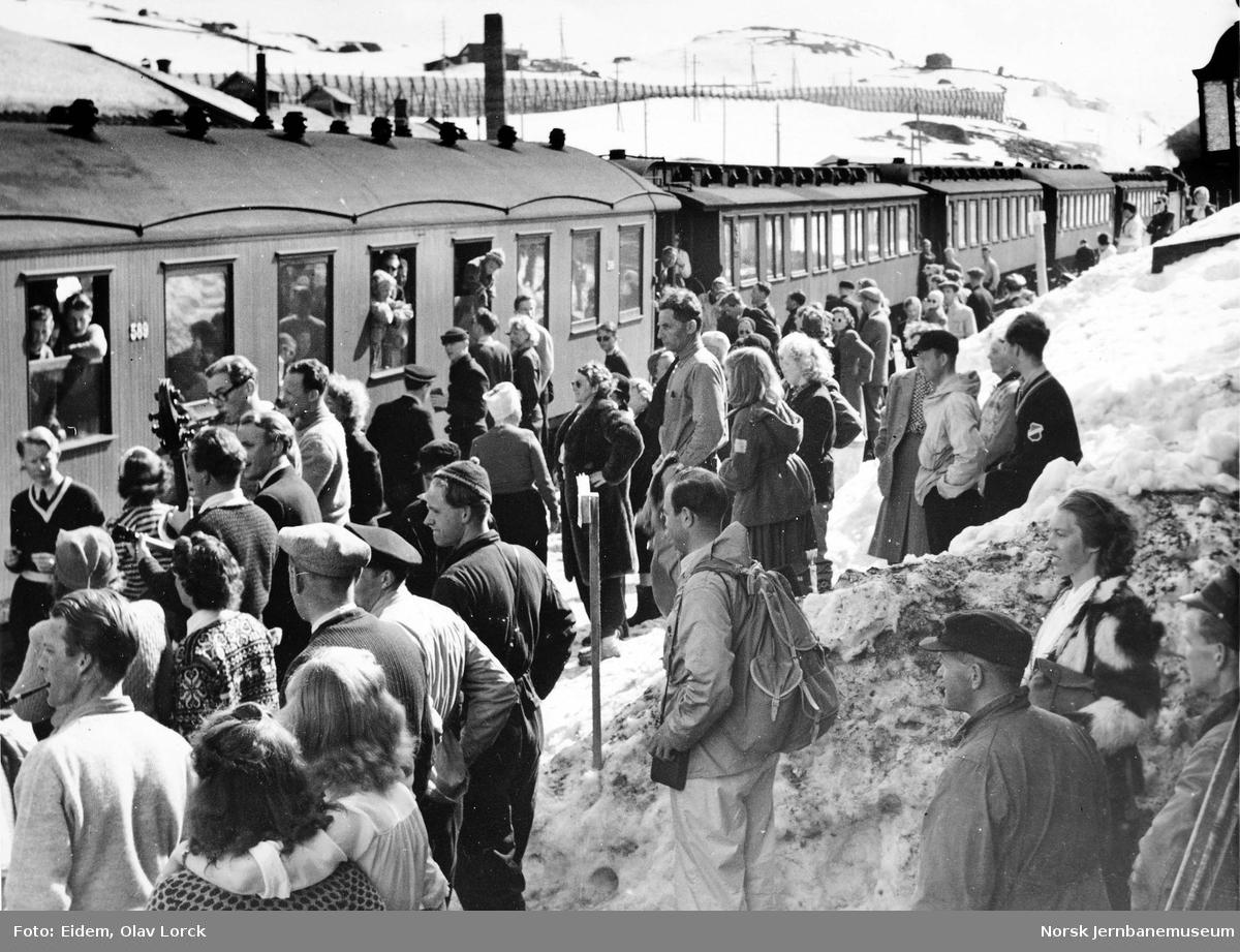 Reisende på plattformen på Finse i påsken 1949