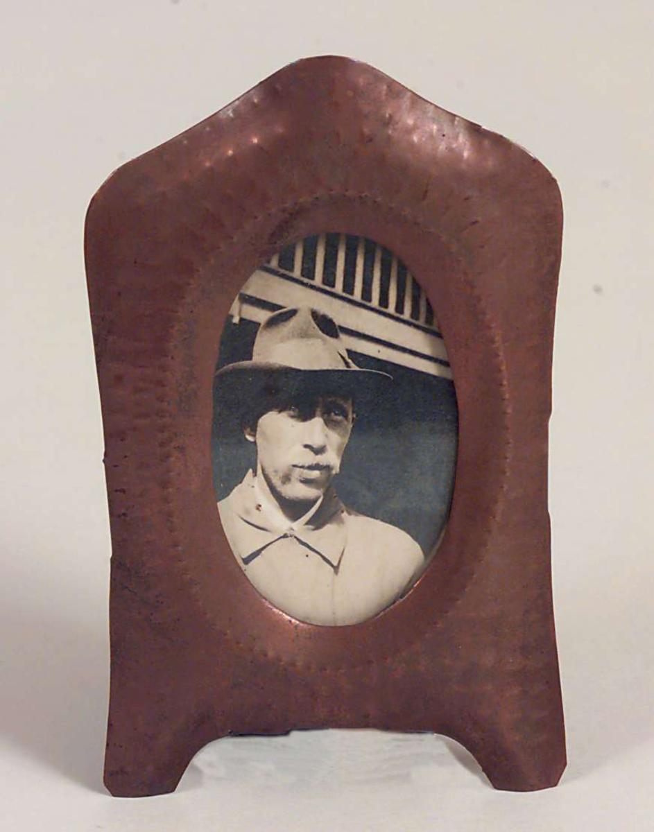 Mannsportrett, brystbilde, hatt på hode
