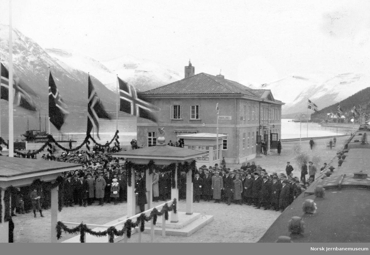 Raumabanens åpning : fra Åndalsnes stasjon