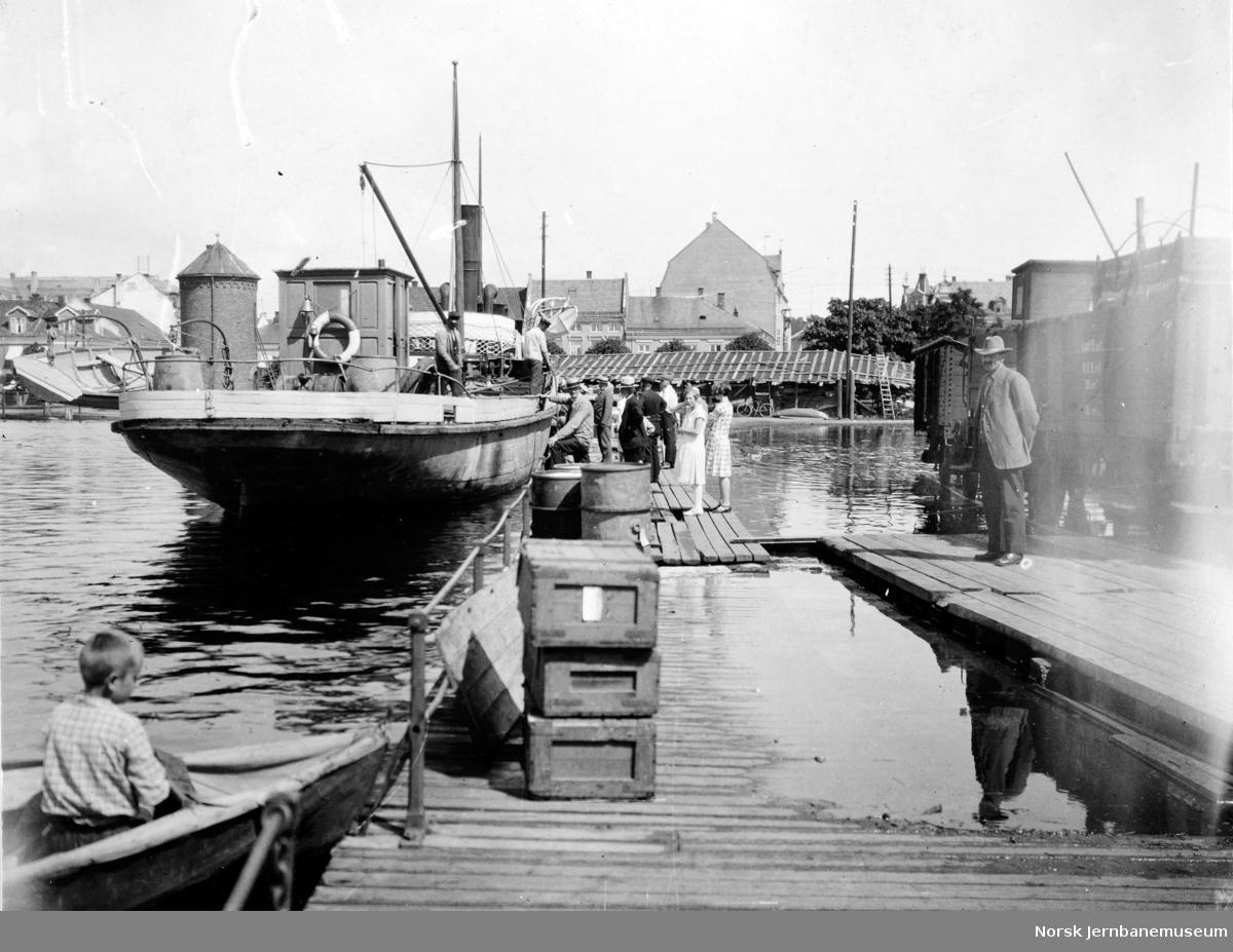 Flommen i 1927 : Jernbanebryggen med M/S Varden, vannstand 8,31 meter