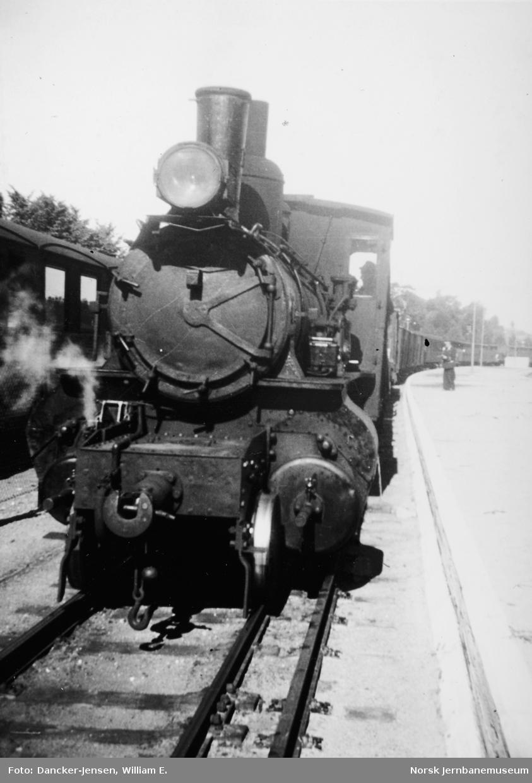 Damplokomotiv type XXIII med godstog på Tønsberg stasjon