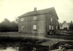 Kind, Lørenskog, Nedre Romerike, Akershus. Gammelt hus, mann