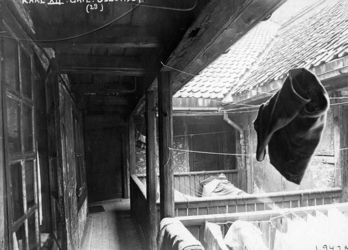 Karl XIIs gate 28, Oslo, 1924. Svalgang med bru og klesvask i bakgård.