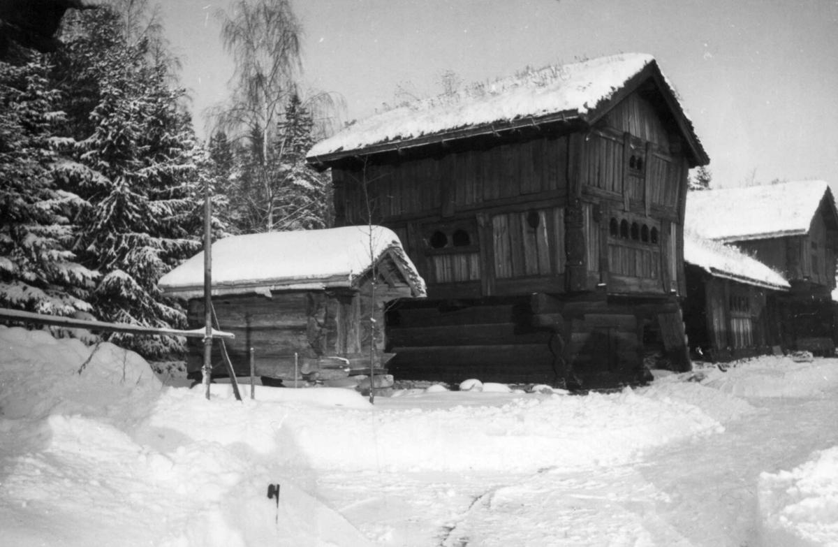 Setesdalstunet på Norsk folkemuseum, 1942. Fra venstre: Stolpehus fra Kjelleberg i Valle, loft fra Brottveit i Valle, årestue fra Åmlid i Valle og loft fra Ose i Bygland.