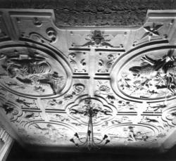 Taket (datert 1662) illustrerer De Fire Verdensdeler. Utstil