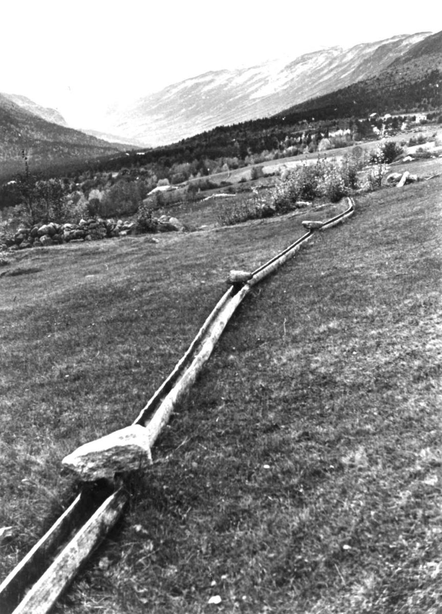 Bråtådal, Skjåk, Oppland 1941. Landskap med vannrenne som fører vann til åker og eng i Horta.