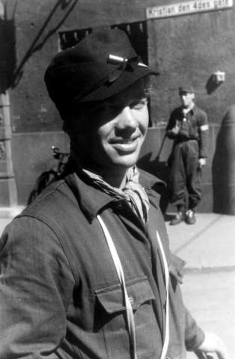 Fra Oslo under fredsdagene i 1945.Bevepnet mann regulerer trafikken.
