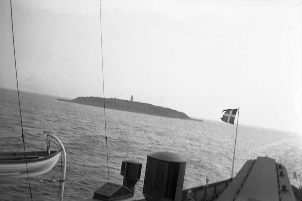 Ferge med livbåt i åpnet hav. Øy med fyrlykt. Aker kommunes idrettsutvalgs tur til Sverige og Danmark. Fotografert 1937.
