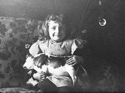 Portrett av Karen Q. Wiborg, med lekeku, ant. Oslo, 1899.