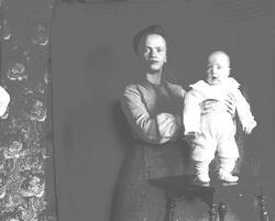 Kvinne med barn, Margrethe Q. Wiborg med Halvor Nicolai, Mun