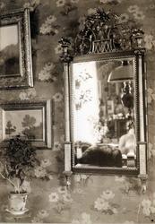 Forgylt speil med søyler i alabast, Nyheim, Herøy, Nordland.