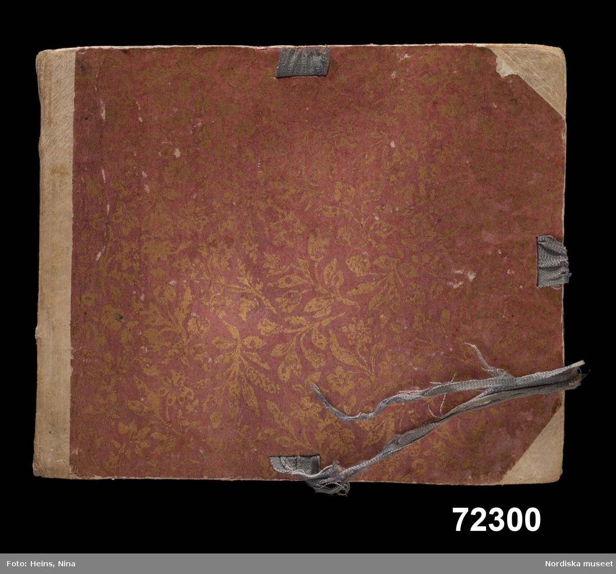 """Mönsterbok med prover i makraméteknik. Flertalet prover är utförda i S-tvinnat silkegarn. Dessutom förekommer glansigt ullgarn, lingarn och metalltråd. Bok med hårda pärmar, bunden med 48 blad av vitt och grått papper. Text på försättsbladet: """"Muster-buch Regina Rosina Englerin gehörig Anno 1741 d. 18 October"""". Innehåller 185 prover på makramé i bandform. De flesta proverna är kulörta. Ett antal vita prover i lingarn visar bland annat omramningar av knapphål. Se även 72301 provbok från ung. samma tid. /Berit Eldvik 2002"""