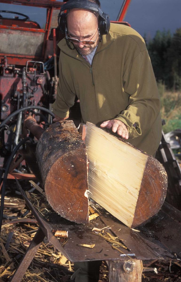 Stikktak, er laget av Per Haagenrud, Breiviken Tretak. Han har holdt på med produksjon av stikker siden ca. 1993. Haagenrud har etter hvert fått god erfaring på utvelgelse av trær som egner seg til å produsere stikker av.