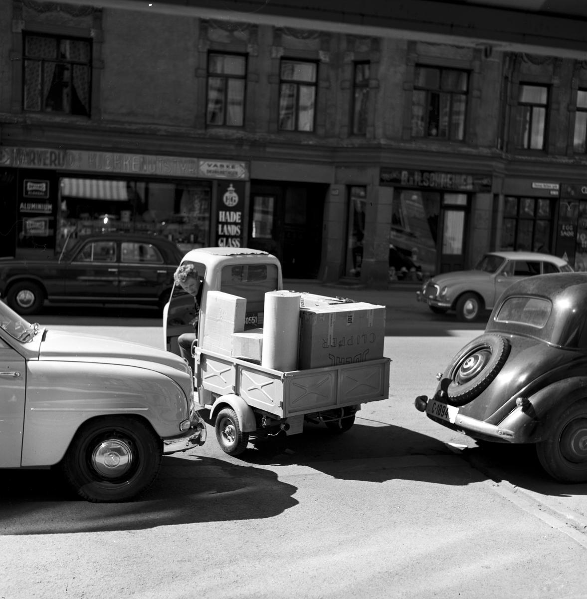 Serie. Praktisk varetransport. Lambretta varebil på tre hjul samt scooter med stort bagasjebrett. Fotografert mai 1958.