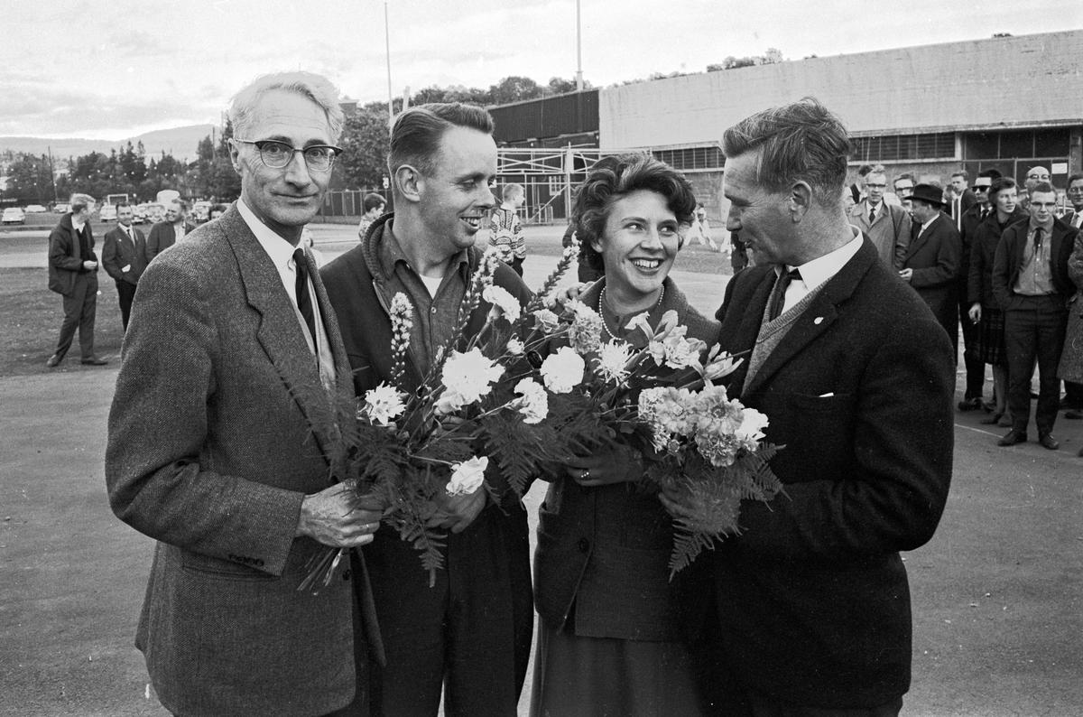 """Gratulasjon til vinnere av KNAs """"Rattmesterskap"""". Fotografert oktober 1963."""