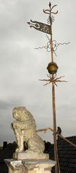 Løveskulptur og vindviser på taket av Collett- og Cappelengå