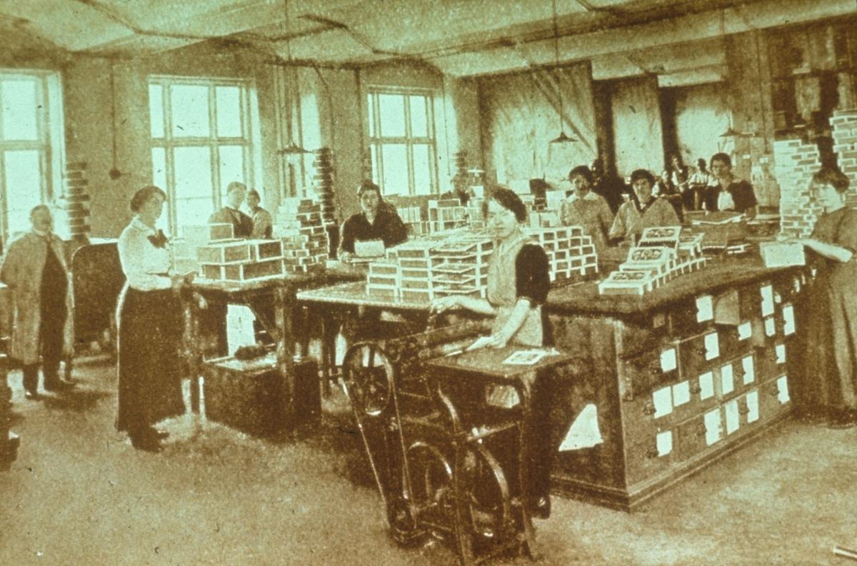 Fabrikkinteriør. Avfotografert bilde av tobakksproduksjon i fabrikk.