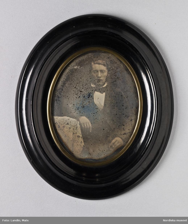 """Porträtt av grosshandlaren L.E. Alexander Grönlund (1831-1908). Dagerrotyp / daguerreotyp i ram. På bakstycket etikett med texten: """"W. de RENARD. Daguerreotypist och Photograf"""". Nordiska museet inv.nr 198610 - Portrait of the merchant L E Alexander Grönlund (1831–1908), c. 1855. Quarter-plate daguerreotype."""