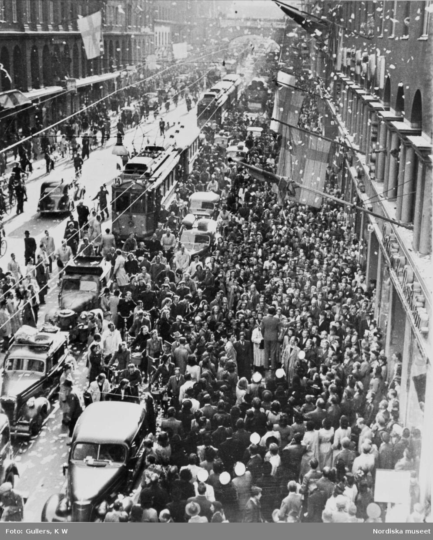 Firande av freden 1945 på Kungsgatan, Stockholm.