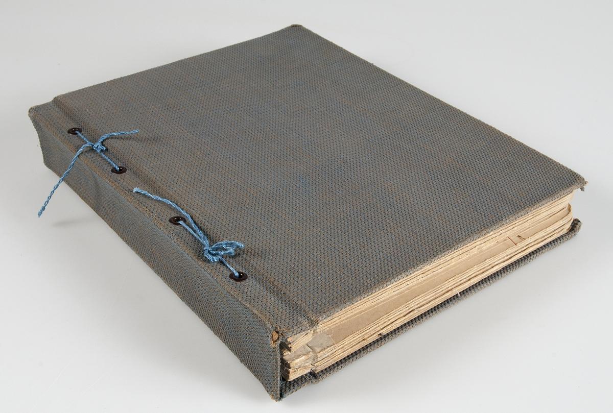 """Pärm med vävprov av gardiner och draperier. Vävproven är klistrade på pappskivor. Vid många av vävproven finns information om material och vävning. De flesta av vävproven är märkta med B-nummer och är förtecknade i liggaren """"KATALOG ÖVER NYTILLVERKNINGAR""""."""