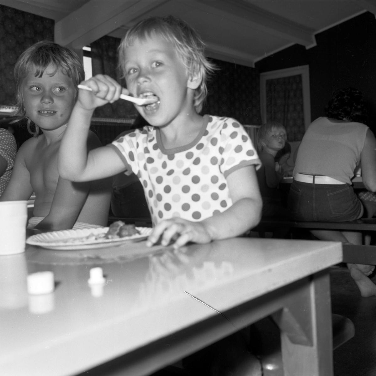 """Barn äter mat på """"Ängskärskolonin"""" - Nordöstra Upplands Barnkoloni"""