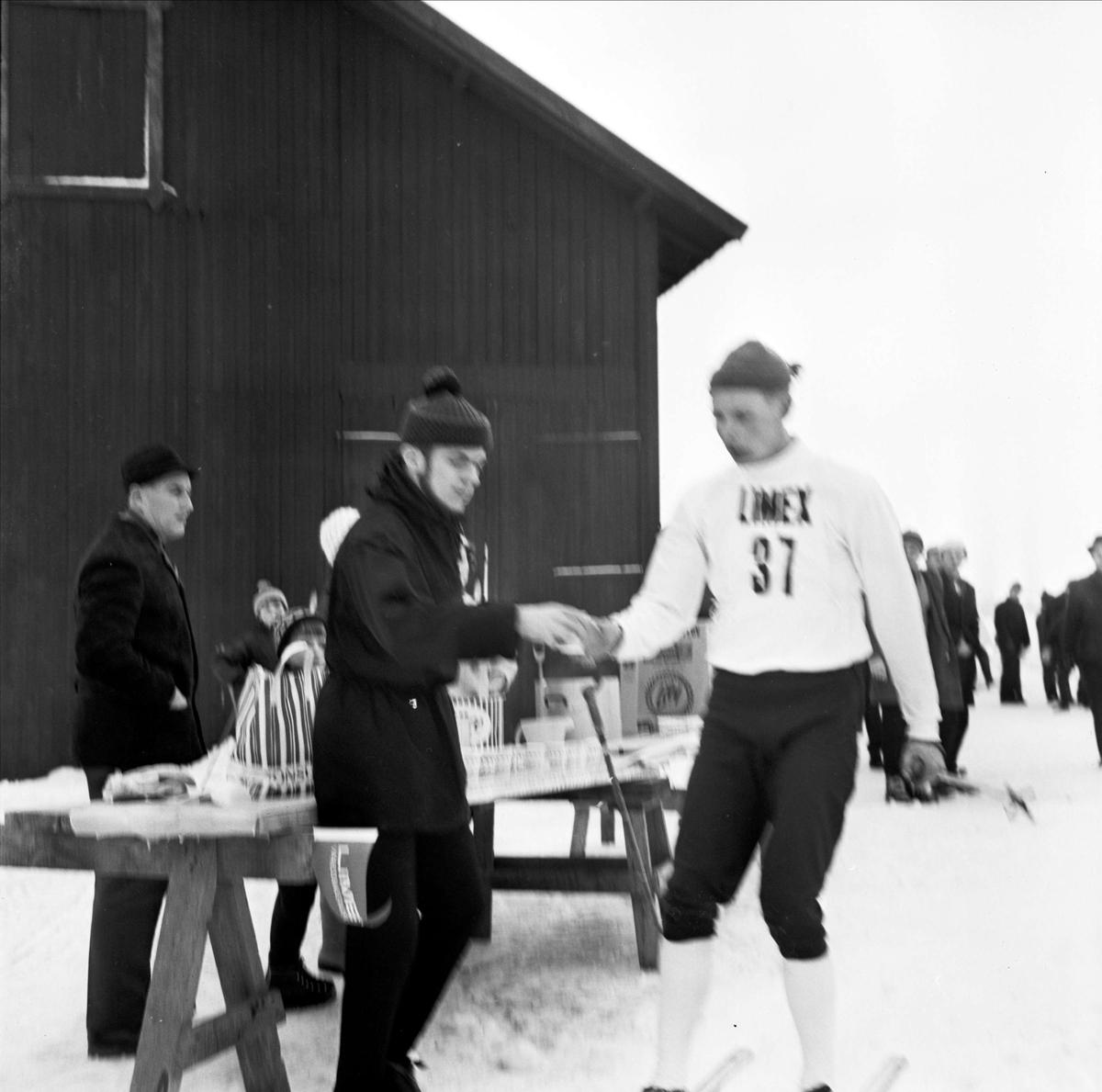 Västskekontroll på skidtävlingen Distansloppet mellan Strömsberg och Tierp
