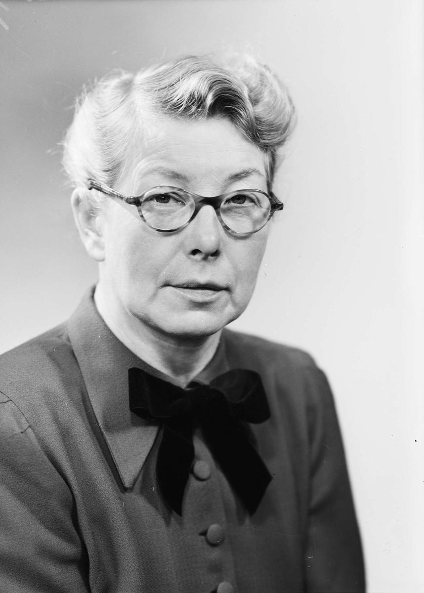 """Ateljéporträtt - """"fru Söderström"""", Ulleråker, Uppsala 1948"""