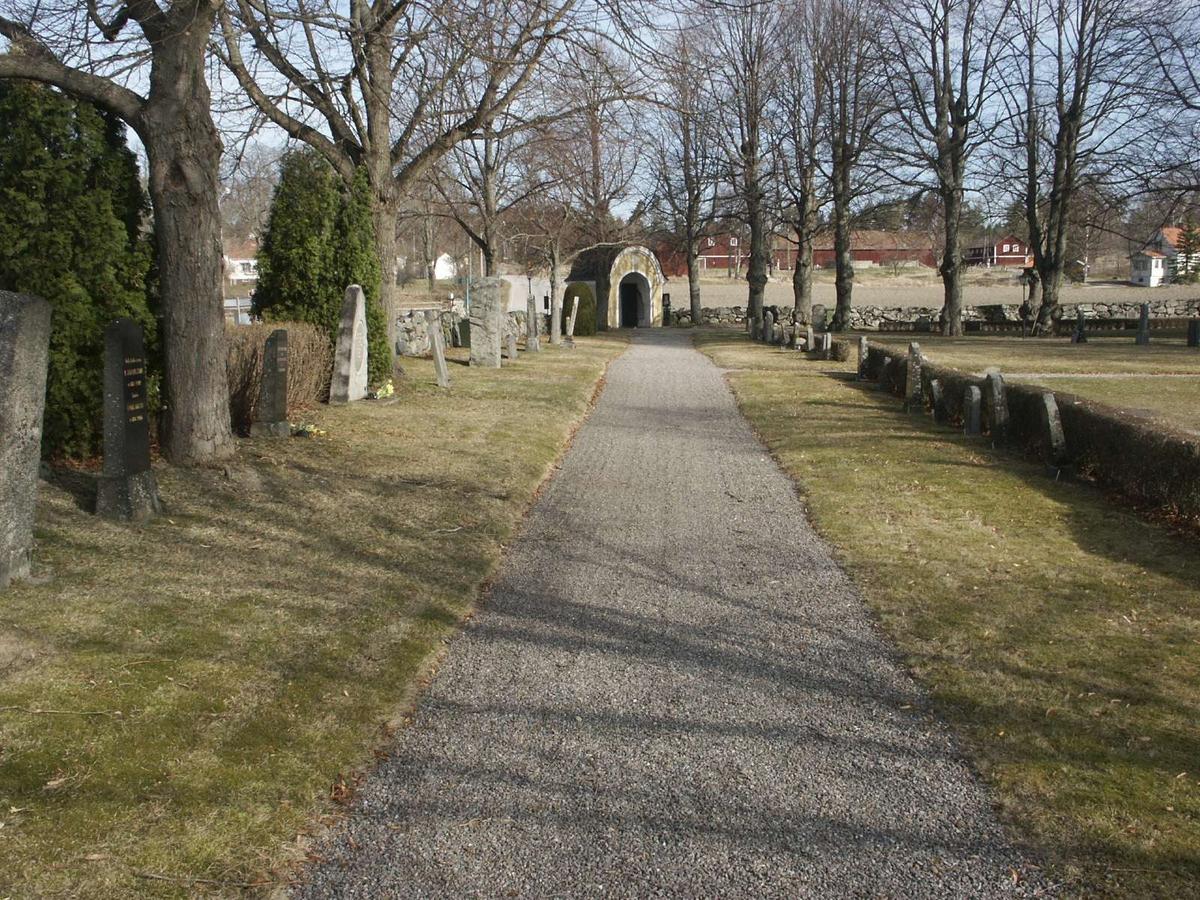 Kyrkogården vid Veckholms kyrka, Veckholms socken, Uppland april 2005