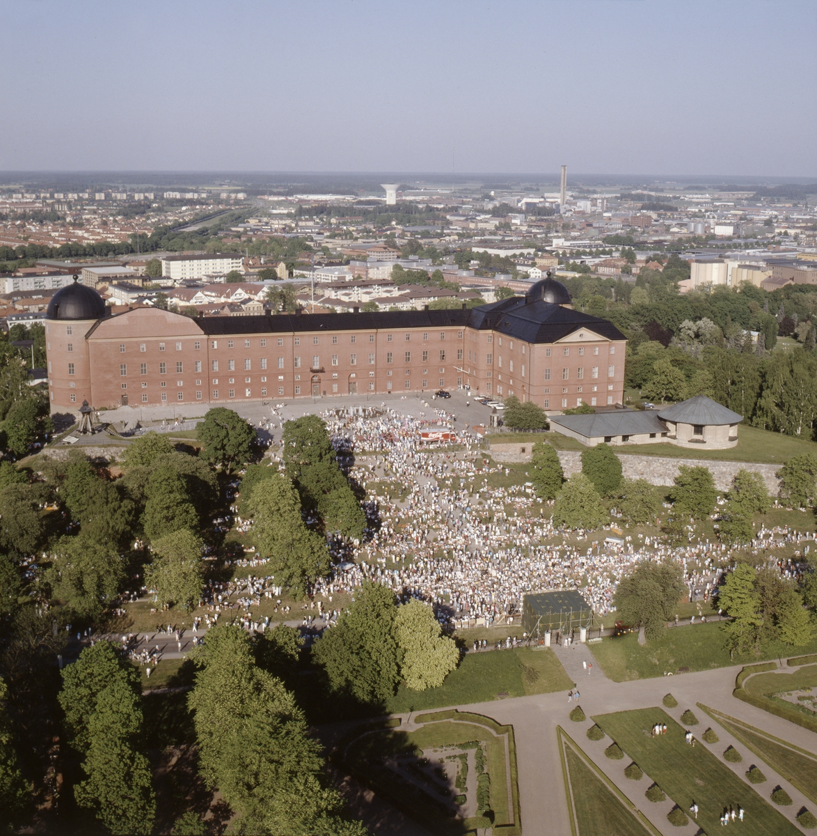 Vy över Uppsala slott, Slottsparken och Botaniska trädgården, Uppsala, juni 1989
