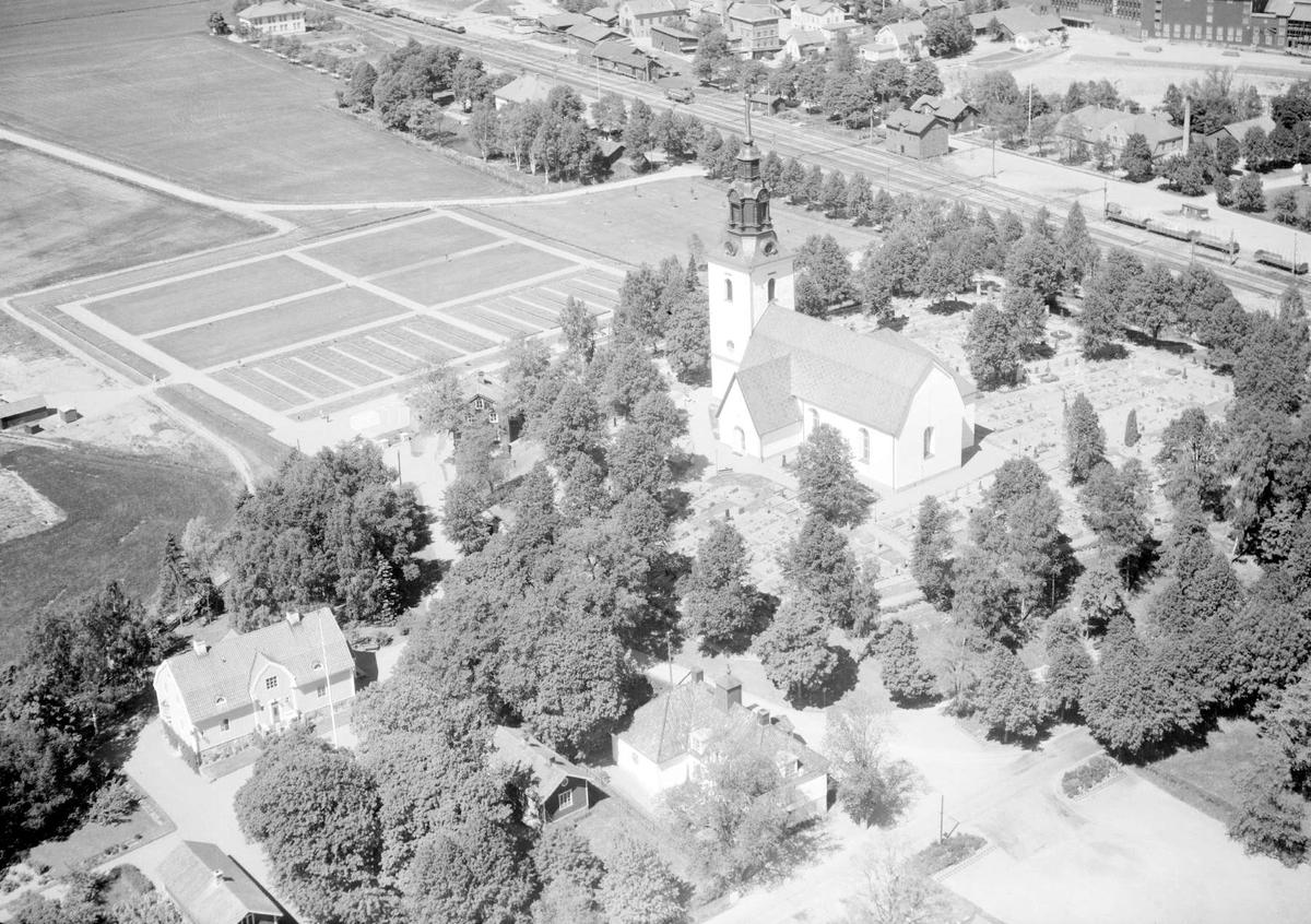 Flygfoto över Heby och Västerlövsta kyrka, Västerlövsta socken, Uppland 1959