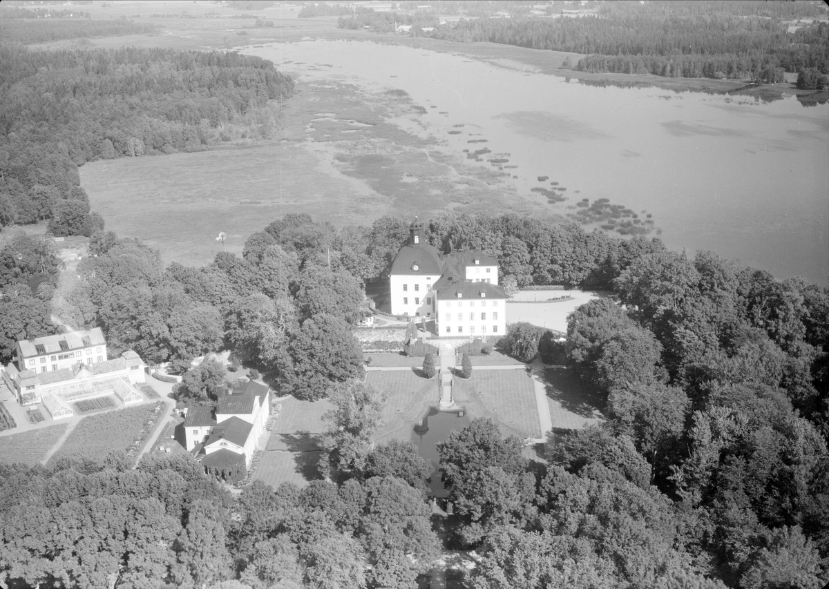 Flygfoto över Örbyhus slott vid Vendelsjön, Vendels socken, Uppland 1958