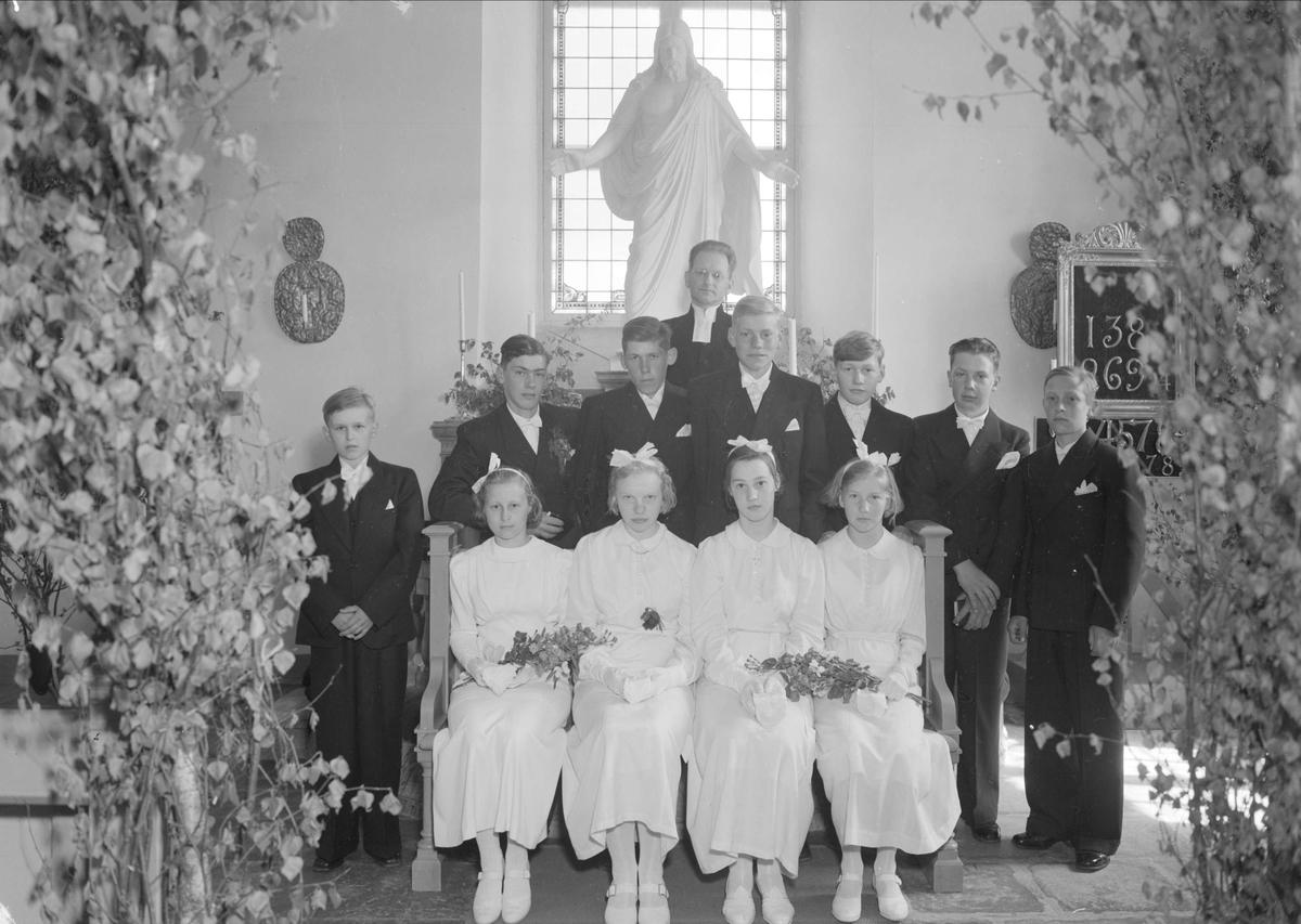 Konfirmander och präst i Skogs-Tibble kyrka, Uppland 1939