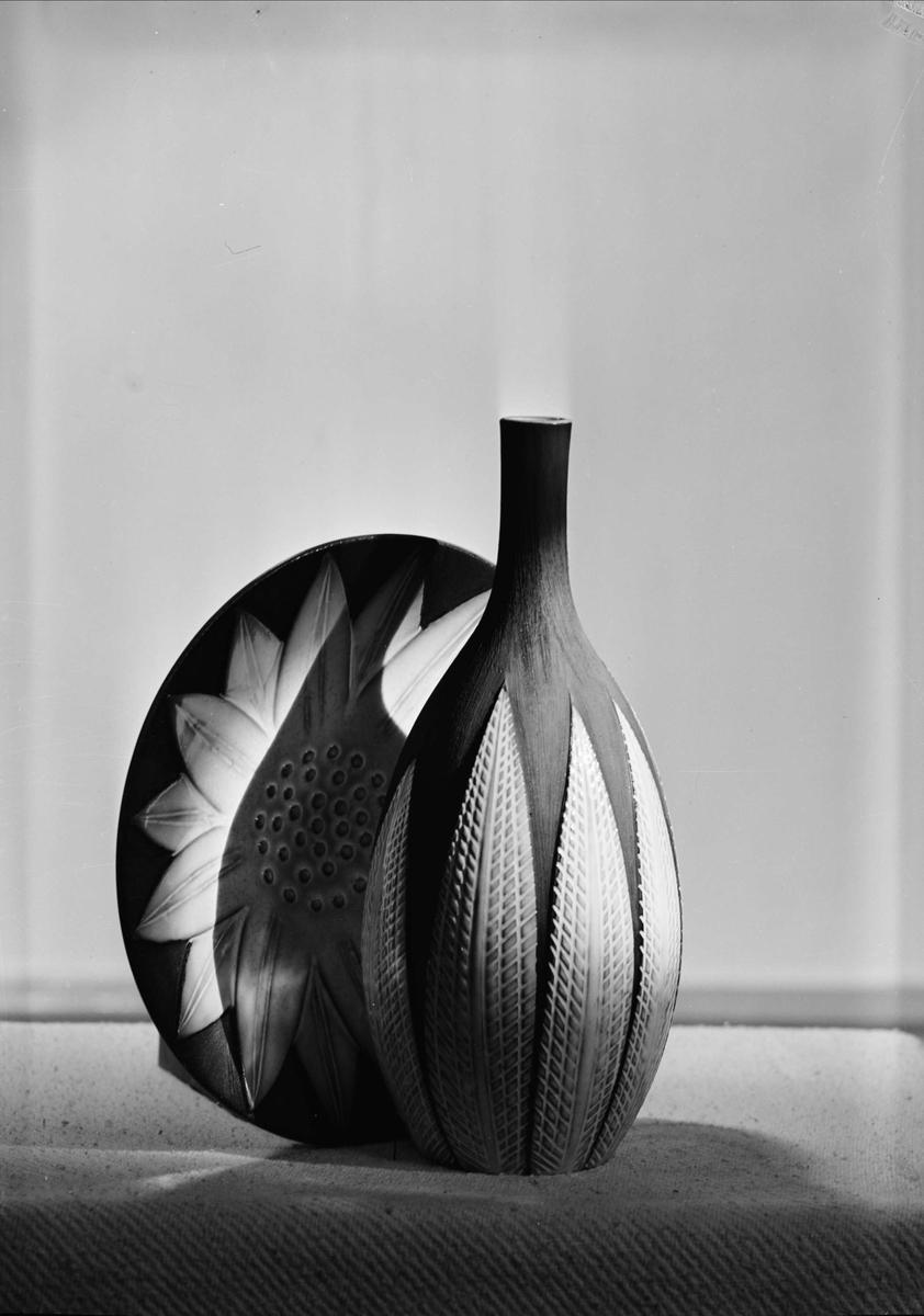 Vas och fat av keramik från Upsala-Ekeby AB, Uppsala