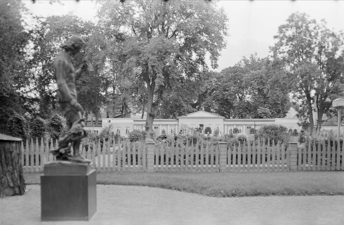 Linnéträdgården med staty av Carl von Linné, kvarteret Örtedalen, Dragarbrunn, Uppsala