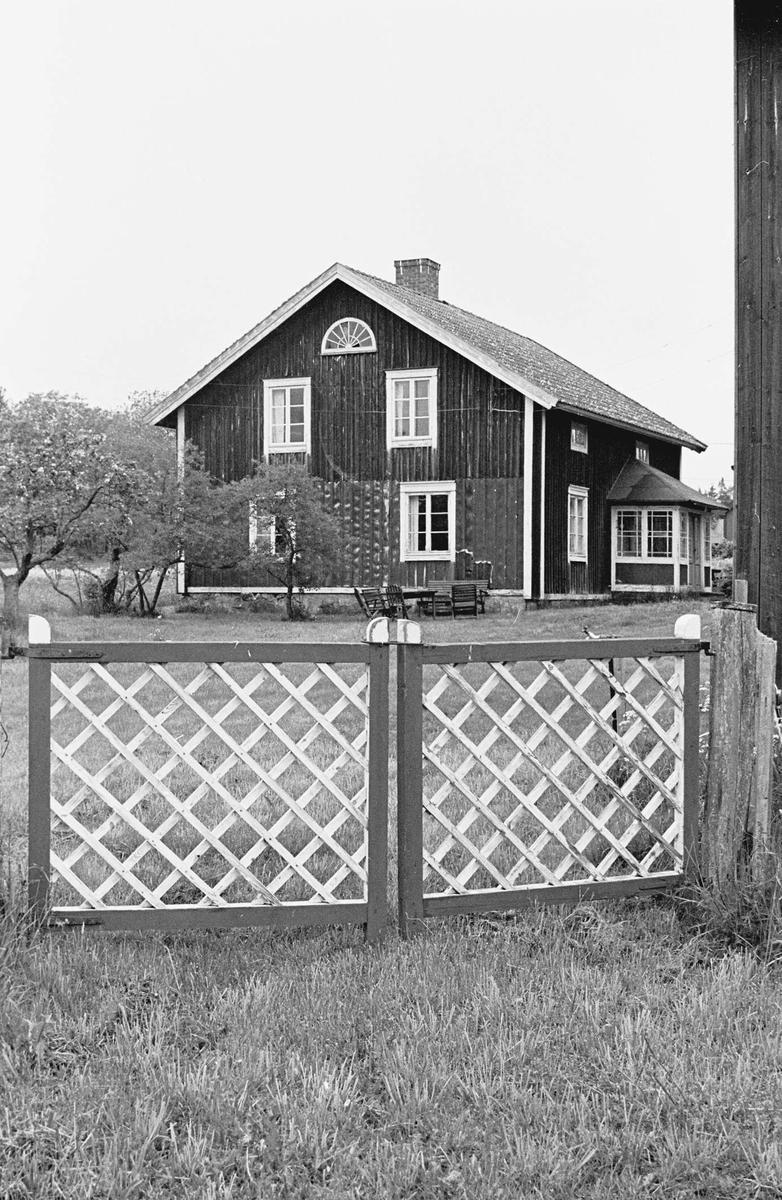 Bostadshus och grind, Hållen, Hållnäs socken, Uppland 2000