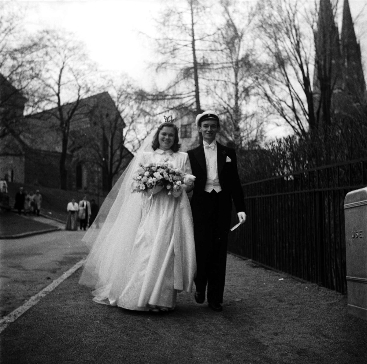 0cec8e7df701 Bröllop - brudparet Stiernstedt utanför Helga Trefaldighets kyrka, Uppsala  1948