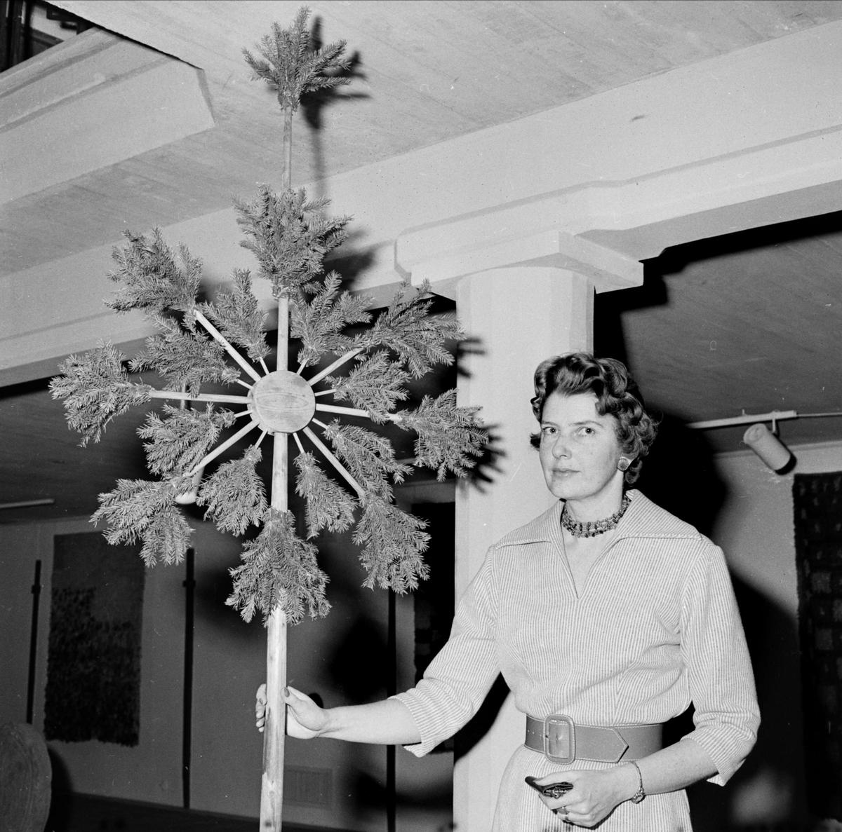 Amanuens Anna-Märta Berg med julstång, Upplandsmuseet, Uppsala december 1959