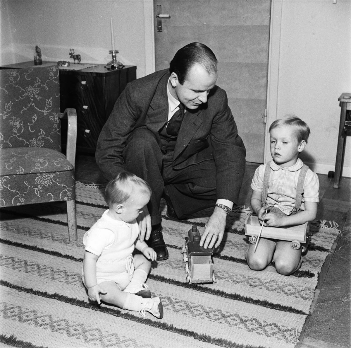 Statsrådet och landshövdingen Ragnar Edenman leker med sina barn, Uppsala