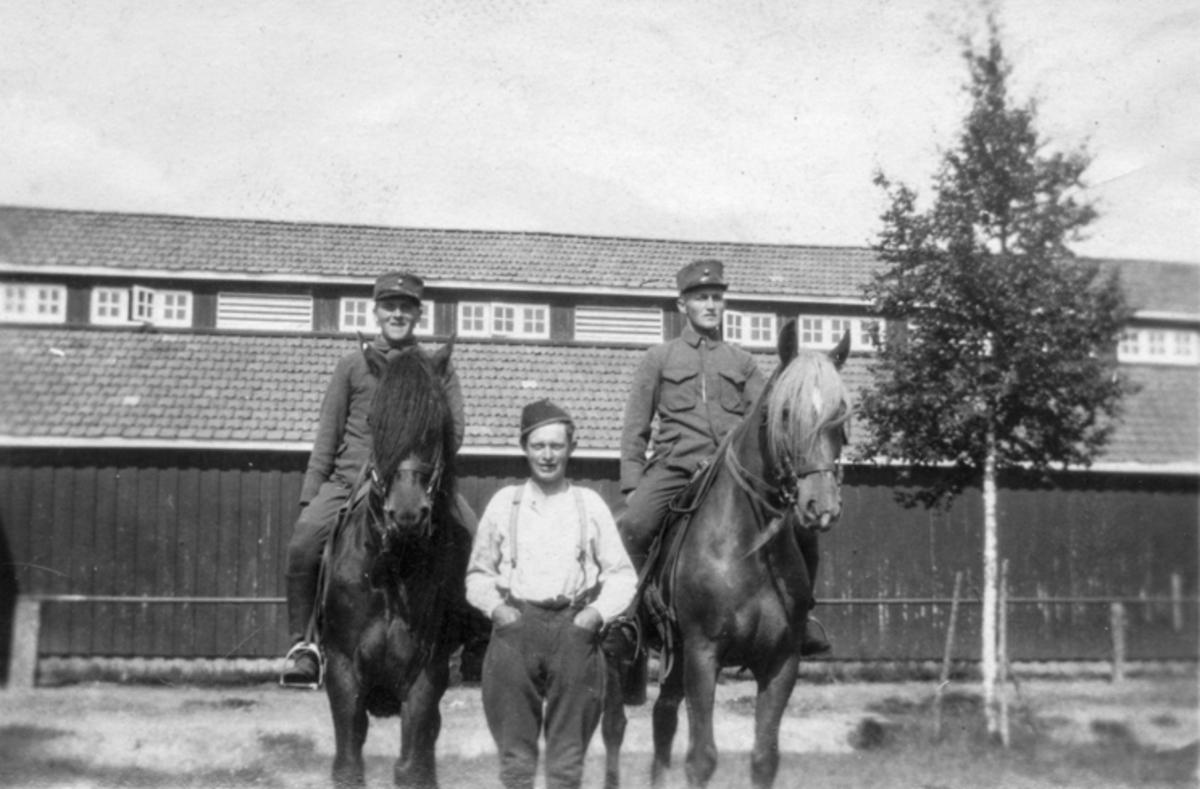 Oskar Hoel fra Dokken i midten. Fra en militærleir.